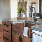 Полированная бетонная столешница хорошо вписалась в рустикальный интерьер этой кухни.
