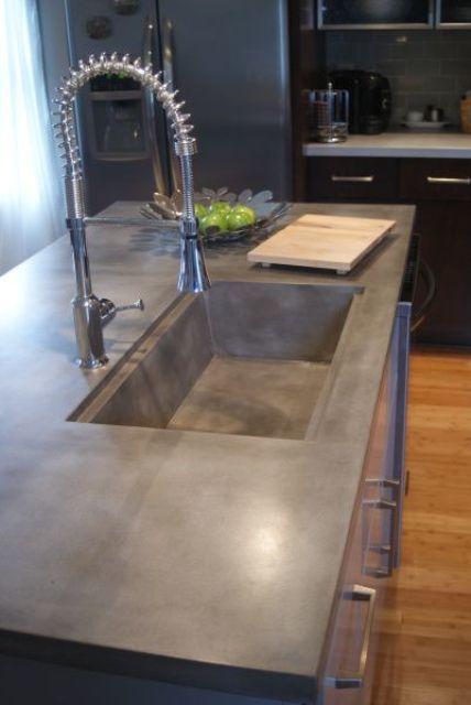 Бетонная кухонная столешница с интегрированной бетонной раковиной. И столешница и раковина покрыты специальной водостойкой пропиткой.