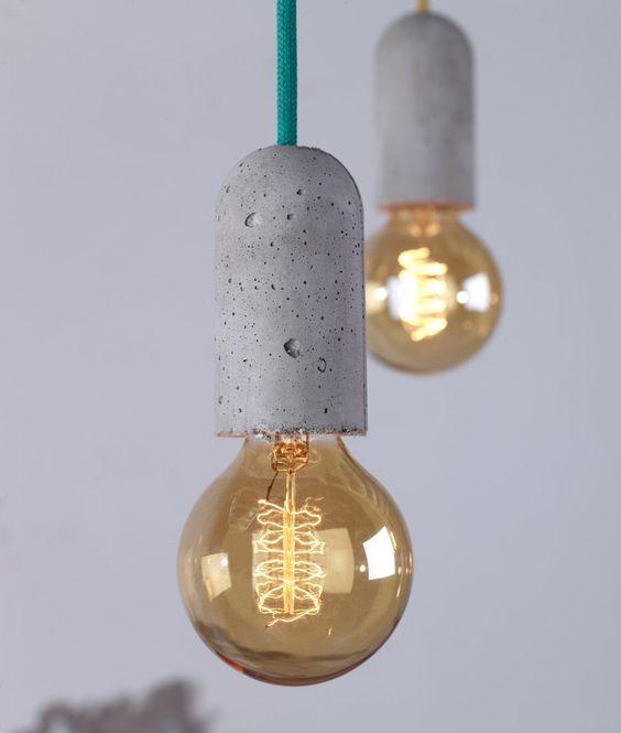 Бетонные светильники с затемненными лампочками.