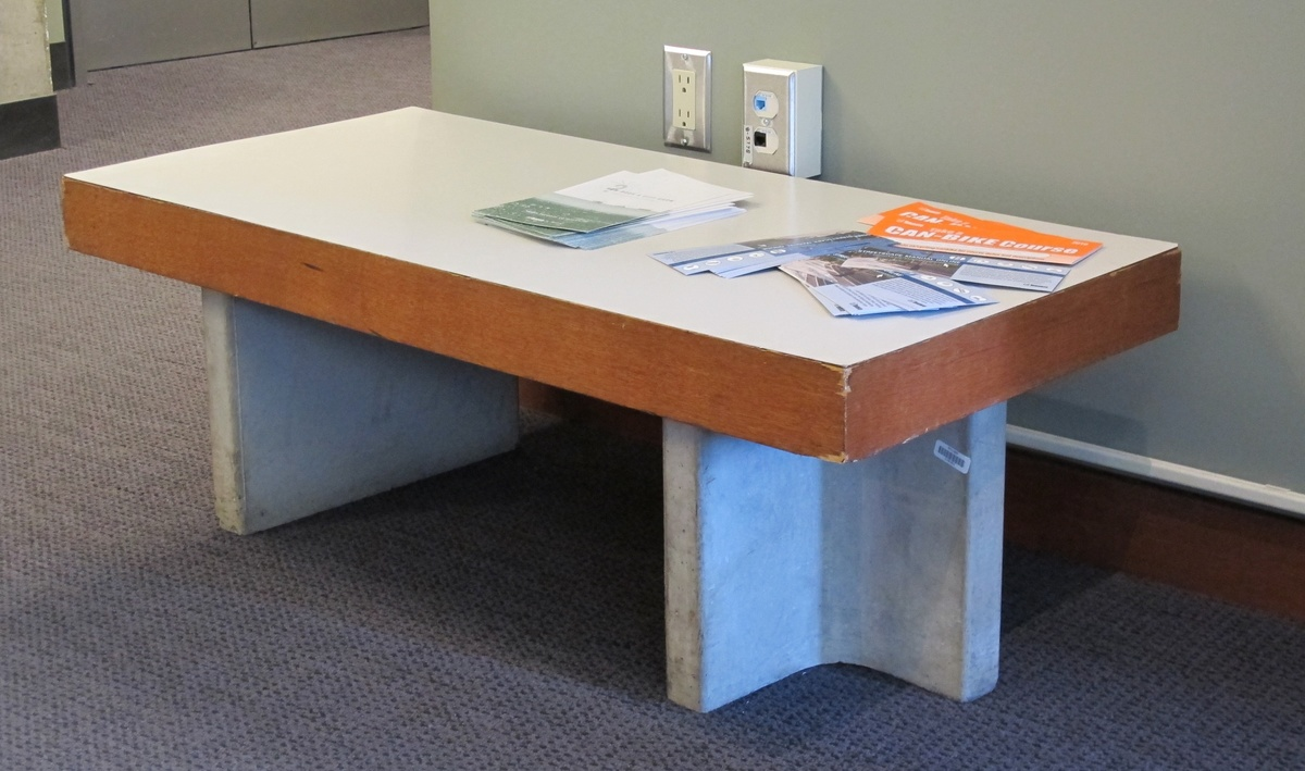 Из бетона удобно делать не только столешницы, но ножки для столов. Только желательно сразу подумать где будет стоять такой стол.