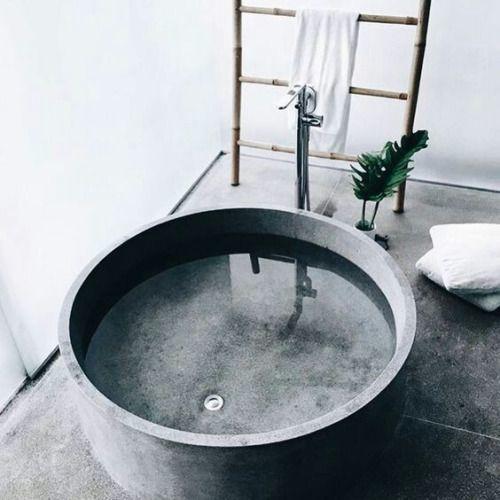 Круглая бетонная ванна - яркий пример того за что дизайнеры любят бетон.