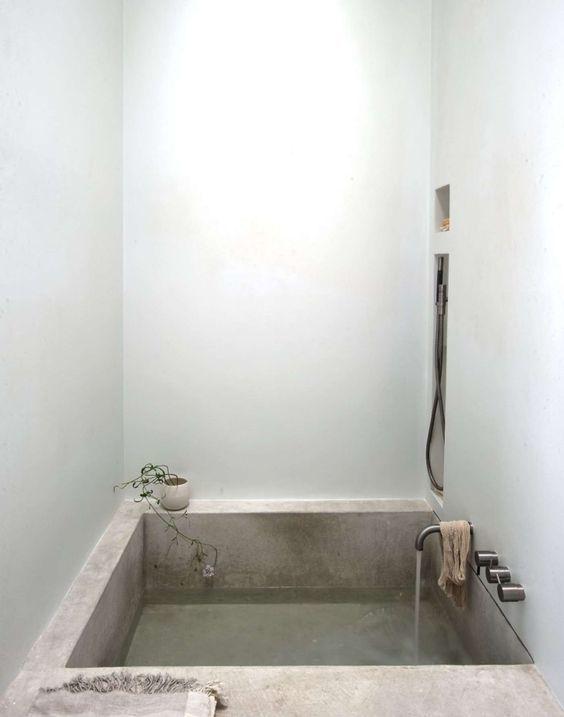 Квадратная бетонная ванная создает ощущение спа в небольшом помещении