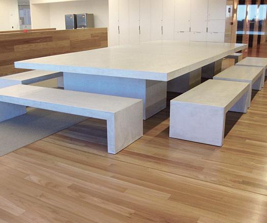 Минималистский белый бетонный стол со скамейками