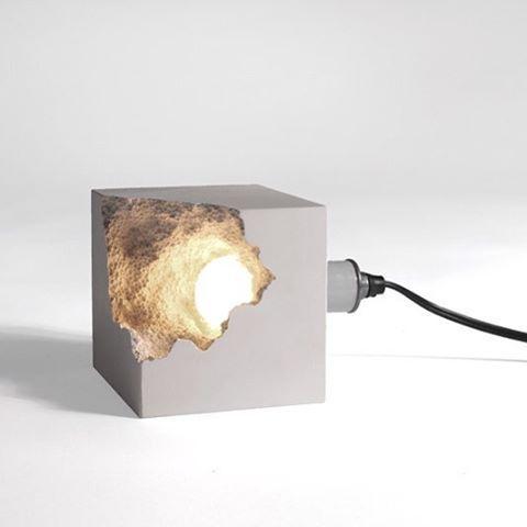 Необычный бетонный светильник-куб