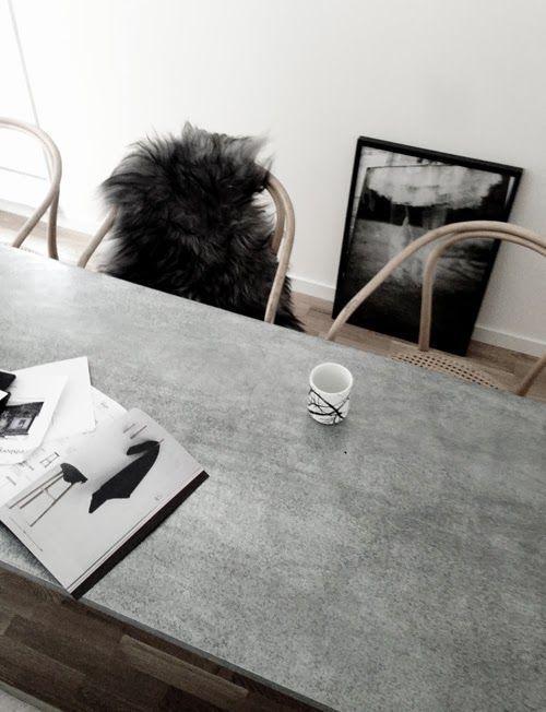 Обеденный стол с бетонной столешницей.
