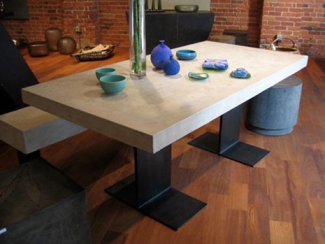 Очень элегантно смотится стол с белой бетонной столешницей и черными стальными ножками