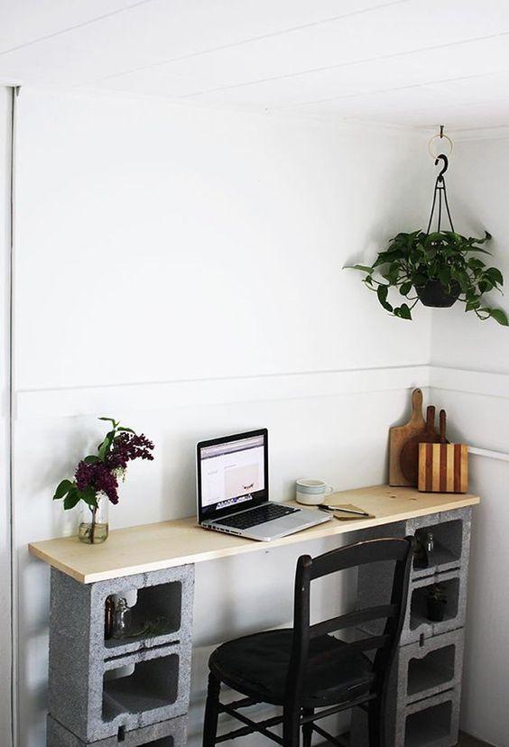 Стол для домашнего офиса в стиле лофт бетонными блоками в качестве ножек.