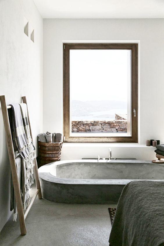 Утопленная в пол ванна создает ощущение спа в средиземноморском интерьере.