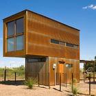 Сначала кажется что дом сделан из контейнеров, однако он просто обшит профильным стальным листом. (маленький дом,архитектура,дизайн,экстерьер,интерьер,дизайн интерьера,мебель,минимализм,индустриальный,лофт,винтаж,стиль лофт,индустриальный стиль,фасад)