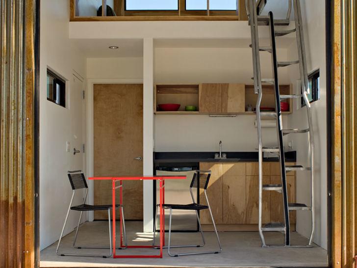 Открытая кухня первого этажа. На второй этаж ведет компактная лестница.