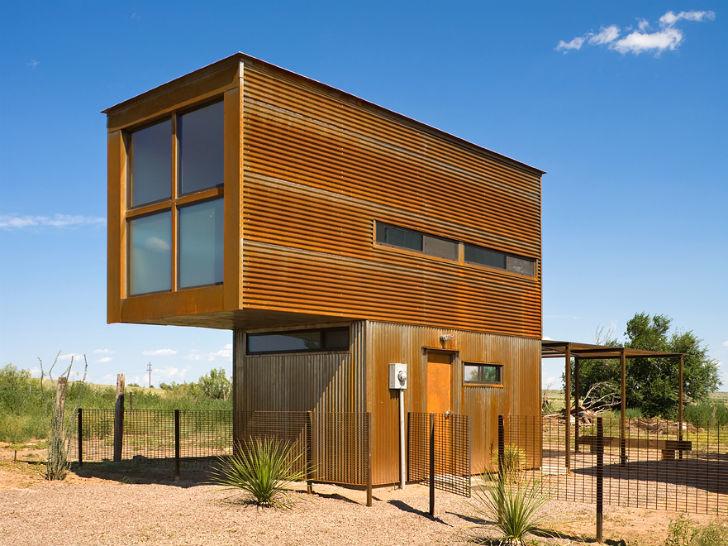 Сначала кажется что дом сделан из контейнеров, однако он просто обшит профильным стальным листом.