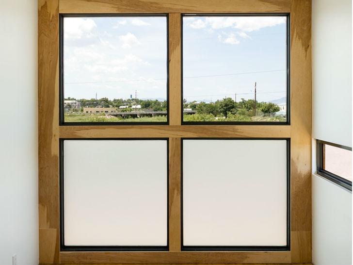 То самое большое окно второго этажа, через которого открывается вид на окружающий дом ландшафт.