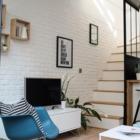 Стена отделанная под кирпич в гостиной и вдоль лестницы создает квартире модную ауру современного лофта. (индустриальный,лофт,винтаж,стиль лофт,индустриальный стиль,современный,архитектура,дизайн,экстерьер,интерьер,дизайн интерьера,мебель,квартиры,апартаменты,маленький дом,гостиная,дизайн гостиной,интерьер гостиной,мебель для гостиной,кухня,дизайн кухни,интерьер кухни,кухонная мебель,мебель для кухни,столовая,дизайн столовой,интерьер столовой,мебель для столовой)
