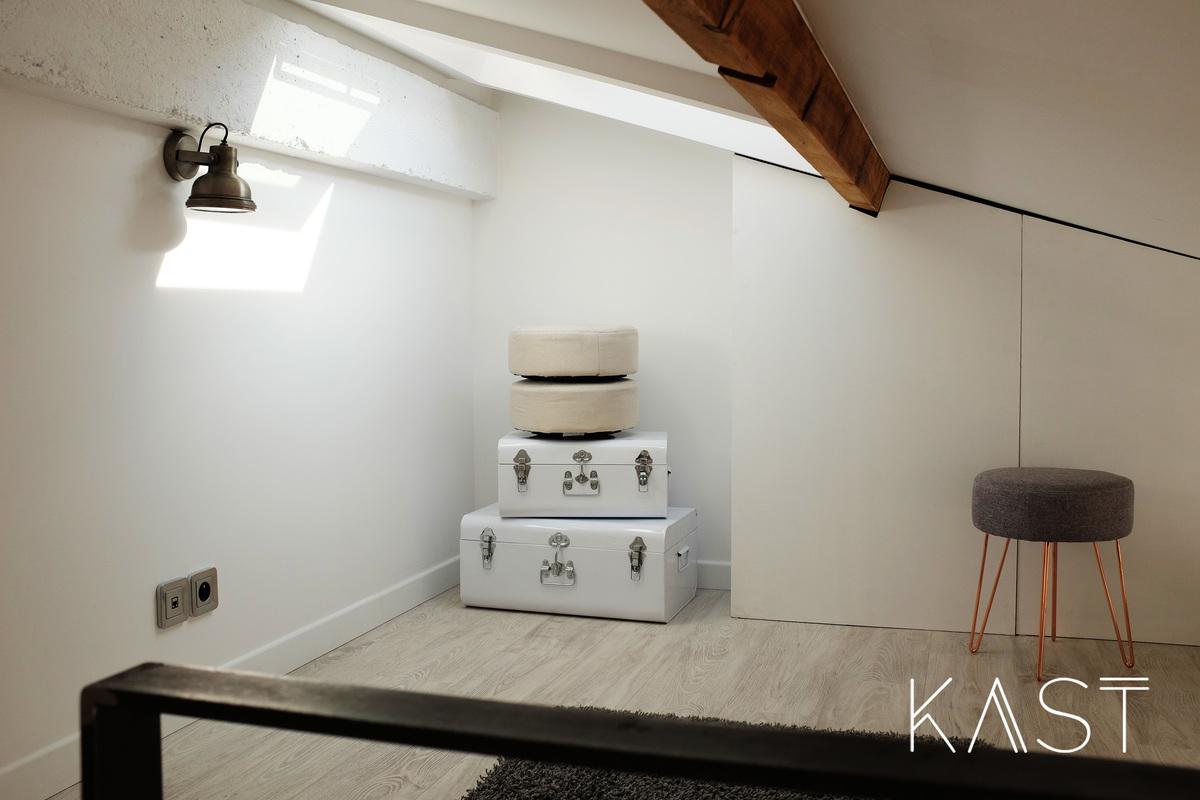 Антресоль в спальне используется в качестве гардероба.