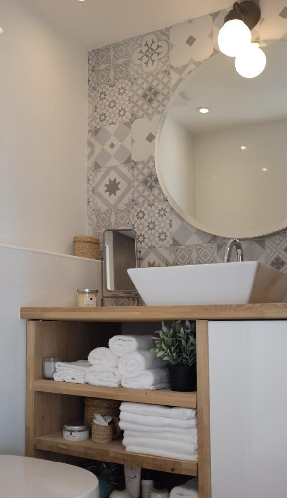 Дерево и кафель со скандинавским орнаментам добавляет ванне тепла и уюта.