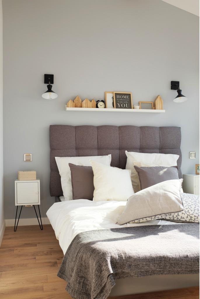 Недостаток полезной площади компенсирует полочка над кроватью.