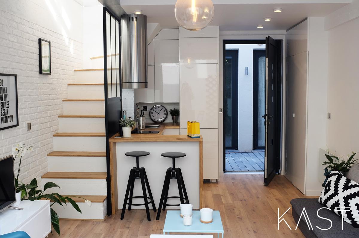 В крохотной квартире прихожей служит кухня, но рядом со входом есть вместительный плательный шкаф