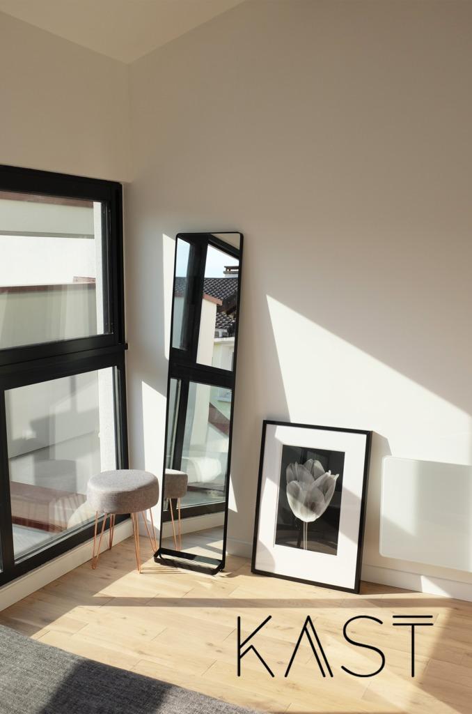 Зеркало и картина на полу подчеркивают модную атмосферу лофта.