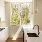 Светлая кухня является частью не менее светлой гостиной. (современный,архитектура,дизайн,экстерьер,интерьер,дизайн интерьера,мебель,маленький дом,кухня,дизайн кухни,интерьер кухни,кухонная мебель,мебель для кухни)