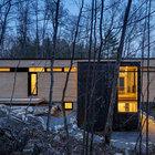 В верхней части дома расположены жилые помещения - гостиная, кухня-столовая. (современный,архитектура,дизайн,экстерьер,интерьер,дизайн интерьера,мебель,маленький дом,вход,прихожая,фасад)