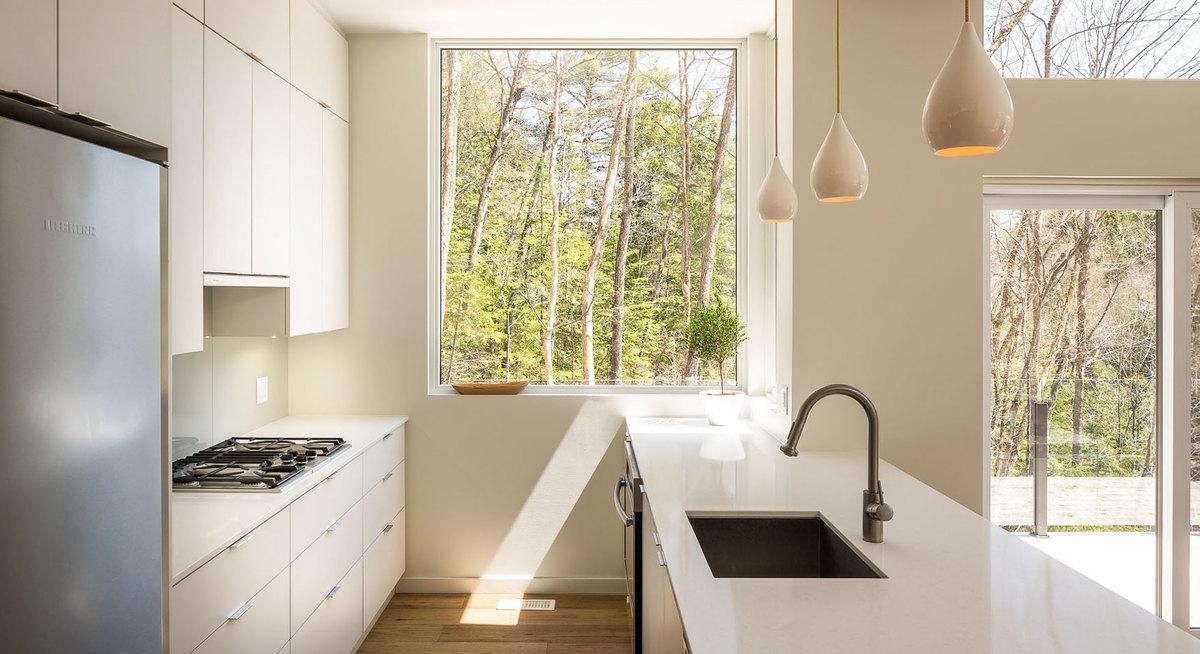 Светлая кухня является частью не менее светлой гостиной