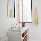 Спальни делят общую ванну. Деревянная мебель в ванной является частью конструкции дома. (современный дом,пляжный дом,архитектура,дизайн,экстерьер,интерьер,дизайн интерьера,мебель,ванна,санузел,душ,туалет,дизайн ванной,интерьер ванной,сантехника,кафель)