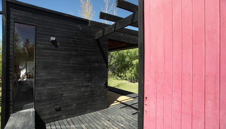 Блок спален отделен от жилого блока дома небольшой террасой