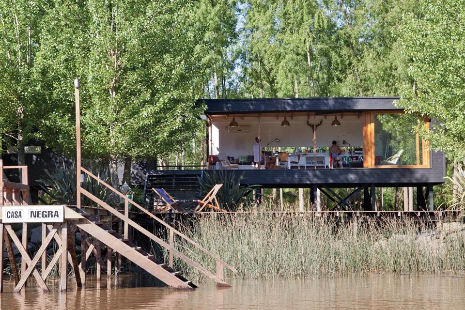 Дом поднят на сваях как этого требуют строительные нормы для домов на берегу в этом районе, так как река разливается. Но архитектура дома больше соответствует эстетике пляжного дома