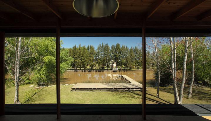 Остекленный фасад выходящий на реку открывает замечательный вид