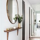 Элегантное зеркало с полочкой может самостоятельно создать интерьер прихожей. Стоит обратить внимание на зеркало во всю стену на дальней стене, оно визуально расширило пространство. (вход,прихожая,интерьер,дизайн интерьера,мебель,традиционный)