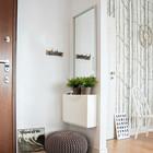 Как раз тот случай, когда прихожая является частью гостиной. Коврик выделяет прихожую, а зеркало и пуф делают ее более удобной. (вход,прихожая,интерьер,дизайн интерьера,мебель,современный)