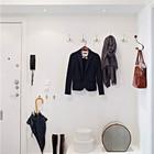 Крючки для одежды не занимают много места, однако весьма удобны. Отличным решением является элегантная верхняя полка над дверью. Главное ее не захламлять. (вход,прихожая,интерьер,дизайн интерьера,мебель,современный,минимализм)