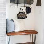 Скамейка и полка с крючками, вместо привычного шкафа в нише, делают эту прихожую более удобной и функциональной. (вход,прихожая,интерьер,дизайн интерьера,мебель)
