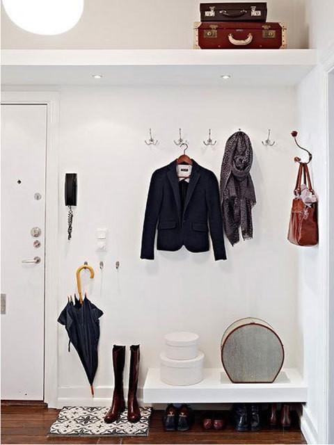 Крючки для одежды не занимают много места, однако весьма удобны. Отличным решением является элегантная верхняя полка над дверью. Главное ее не захламлять.