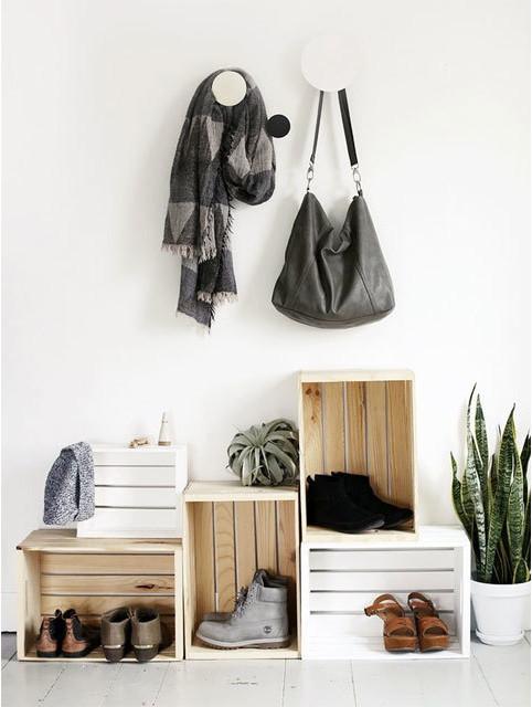 Такой шкафчик для обуви подойдет для прихожей как в стиле лофт, так и к скандинавскому стилю