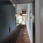 Кухня занимает коридор между двумя частями дома. (архитектура,дизайн,экстерьер,интерьер,дизайн интерьера,мебель,минимализм,современный,кухня,дизайн кухни,интерьер кухни,кухонная мебель,мебель для кухни)