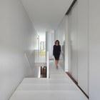 На фото хорошо видны сдвижные двери главной спальни, которые в сдвинутом состоянии расширяют спальню на 2 метра. (архитектура,дизайн,экстерьер,интерьер,дизайн интерьера,мебель,минимализм,современный,лестница)