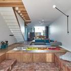 Шкафы одновременно служат системой хранения и скамьями в задней части дома. (архитектура,дизайн,экстерьер,интерьер,дизайн интерьера,мебель,минимализм,современный,гостиная,дизайн гостиной,интерьер гостиной,мебель для гостиной)