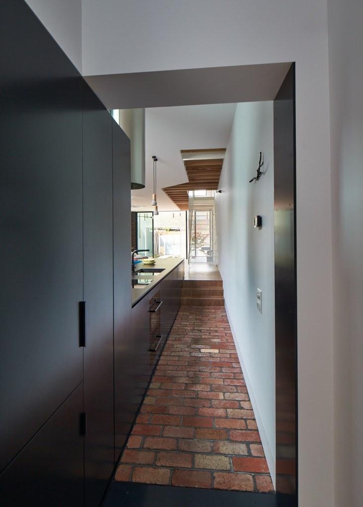 Кухня занимает коридор между двумя частями дома