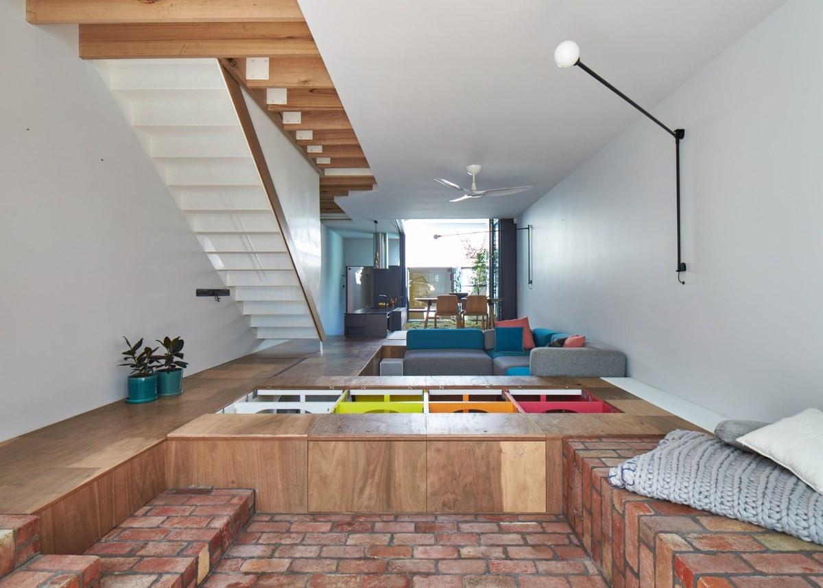 Шкафы одновременно служат системой хранения и скамьями в задней части дома