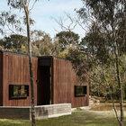 Деревянные фасады идеально вписываются в лесной пейзаж.