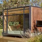 Дом буквально нависает над водой. Фасад выходящий на озеро полностью остеклен. (современный,минимализм,архитектура,дизайн,экстерьер,интерьер,дизайн интерьера,мебель,маленький дом,фасад)