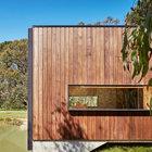 Пол дома повторяет рельеф берега и спускается к воде. (современный,минимализм,архитектура,дизайн,экстерьер,интерьер,дизайн интерьера,мебель,маленький дом,фасад)