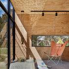 Солнечные блики от воды постоянно играют на потолке и стенах дома.