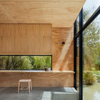 У самого окна пол опущен ниже чем во всем доме, чтобы можно было посидеть прямо у воды.