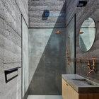 В ванной сделан стеклянный потолок, благодаря чему создается ощущение связи с окружающей природой.