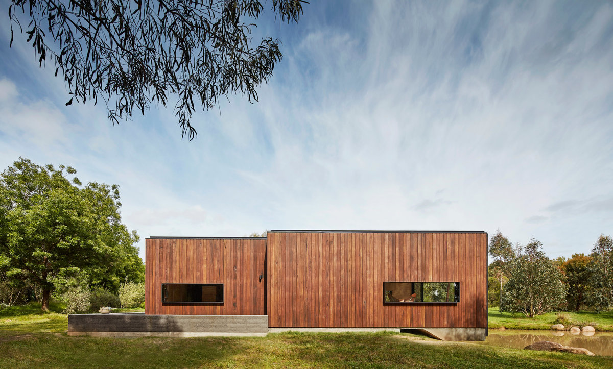 Фасады домов отделаны доской.