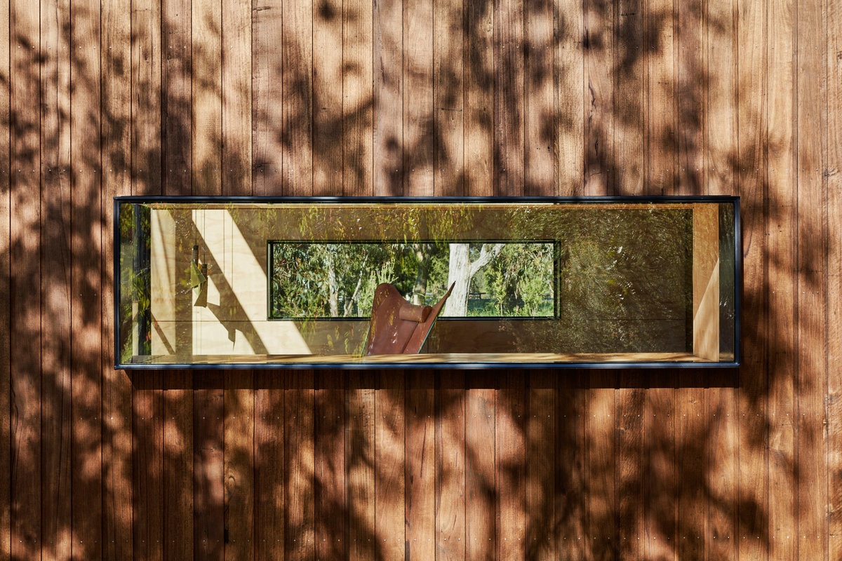 Окна с обоих сторон дома создают ощущение прозрачности.