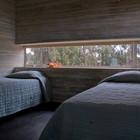 Одна из гостевых спален на нижнем уровне (спальня,пляжный,индустриальный,лофт,винтаж,маленький дом,архитектура,дизайн,интерьер,экстерьер,мебель)