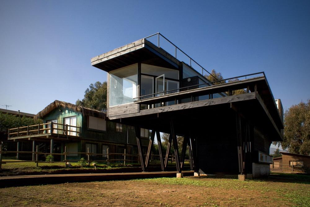 Не смотря на современный дизайн дом хорошо гармонирует с соседней застройкой благодаря выбору материалов
